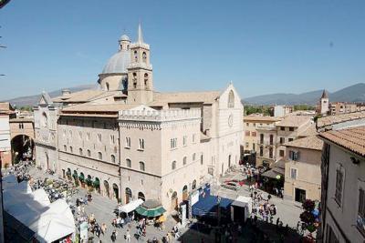 La piazza di Foligno con gli stand