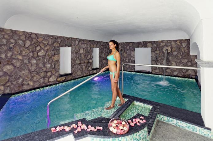 Piscina interna hotel ischia con idromassaggio