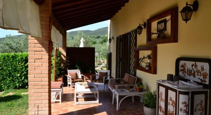 Casale con veranda e giardino a Montecchio