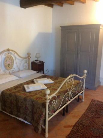 Camera matrimoniale con mobili d'epoca a Mantova
