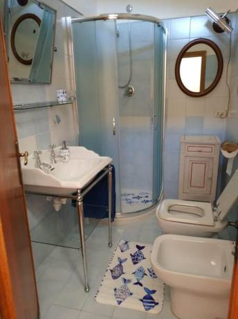 Camera matrimoniale con bagno in camera con doccia