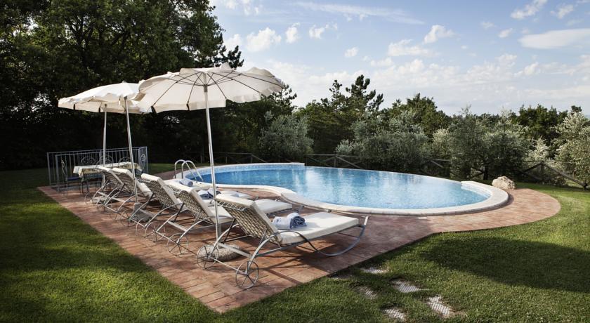 piscina villa con lettini