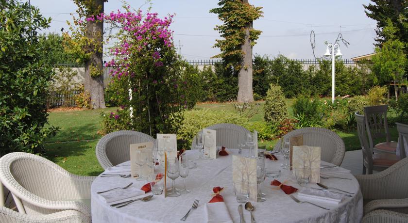 tavola apparecchiata verso il giardino della villa