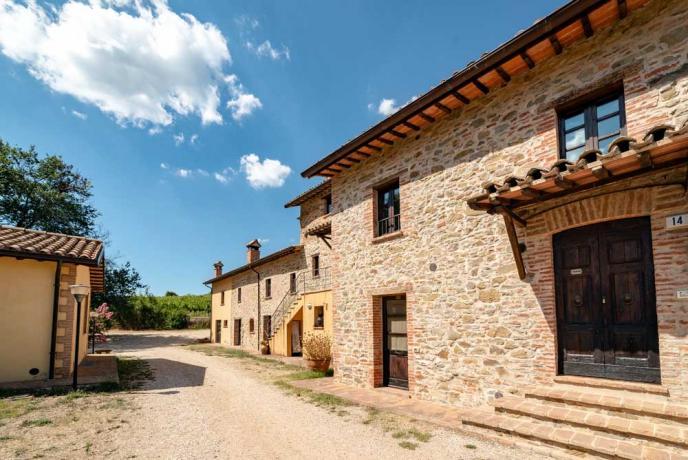 Grande Casolare in Umbria con Porticato-Collazzone