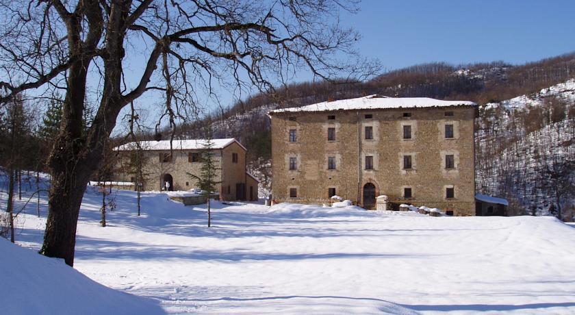 Casale immerso nella neve