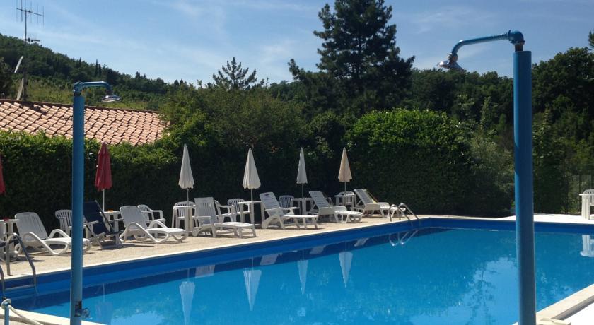 Piscina con sdraio e ombrelloni vacanza a Gubbio