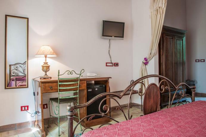 Camera matrimoniale con TV all'albergo di Noto
