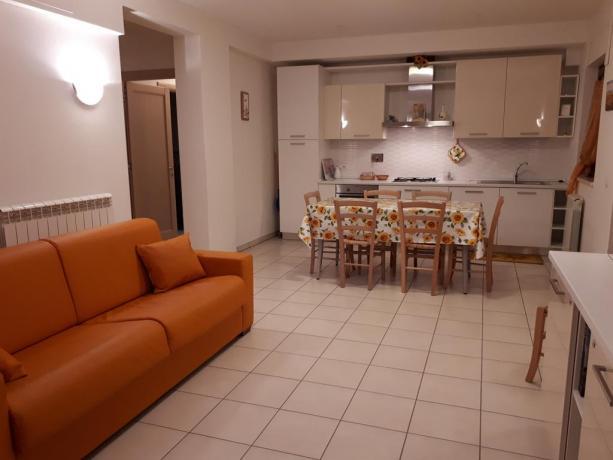 Appartamenti soggiorno con cucina e divano letto