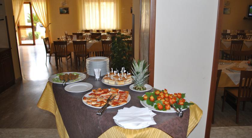 Sala ristorante con piatti tipici