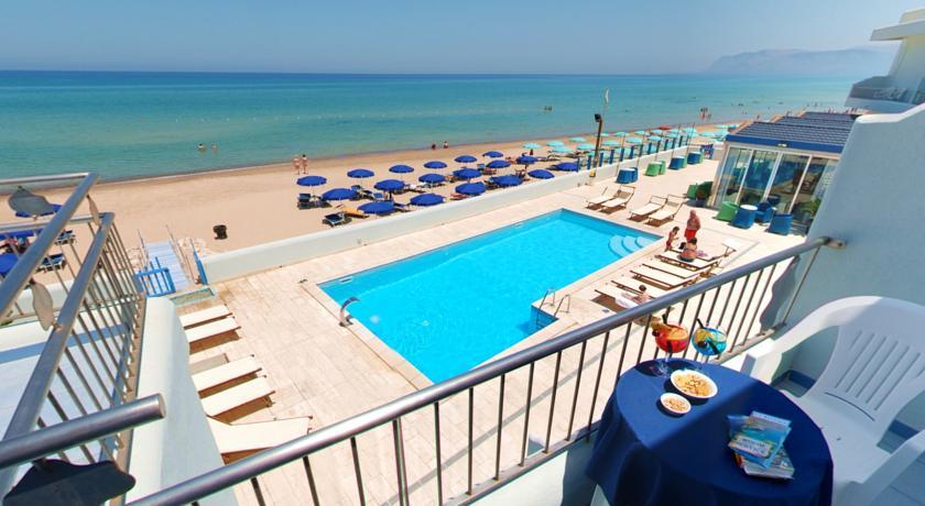 Lb albergo 4 stelle con piscina e vista sul mare a for Hotel barcellona sul mare