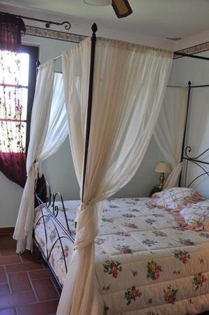 camera in stile in villa con piscina Assisi