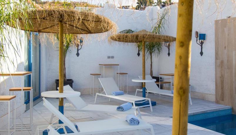 Piscina-Cascata zona Lounge-Bar con Musica e Aperitivi