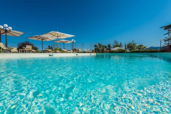 Resort con piscina idromassaggio vicino Gualdo
