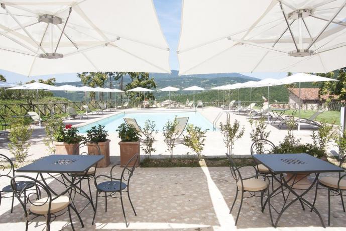 Piscina con solarium resort a Valtopina