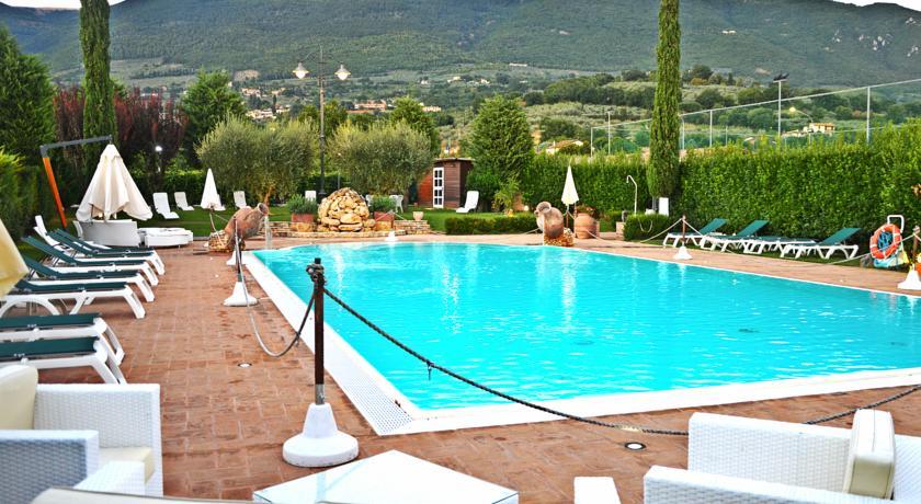 Piscina Ristorante in Hotel immerso nel verde Assisi