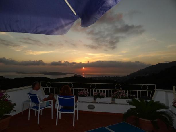 Terrazza casa vacanze Barano d'Ischia con vista tramonto
