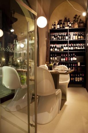 Sala per aperitivi con vini locali