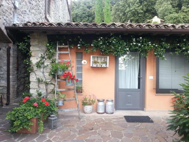 Esterno B&B con giardino vicino Todi