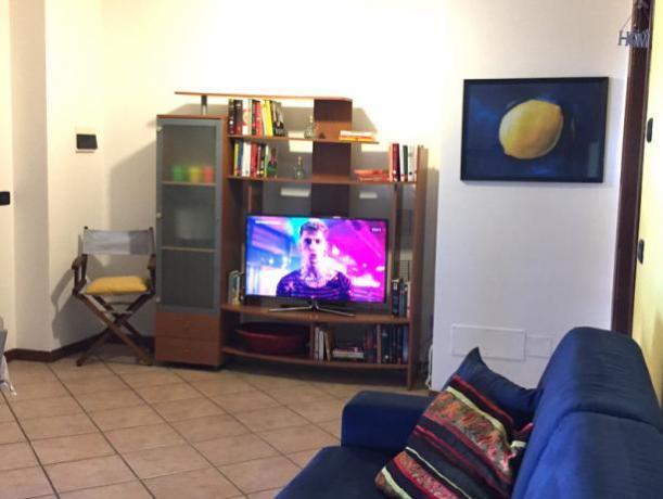 Grande soggiorno con divano e Smart-TV