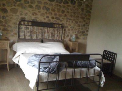 parete in pietra in camera matrimoniale