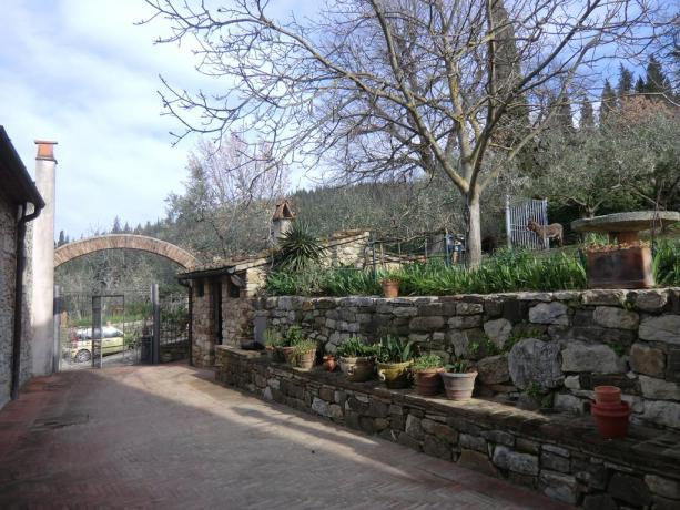 Viale ingresso relais Calenzano con appartamenti e suite