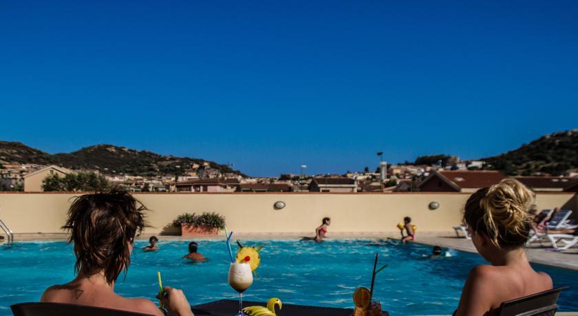 Ampia piscina per momenti di relax