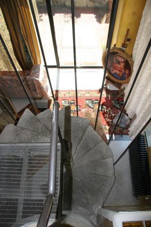 Scala a chiocciola Suite Gialla relais a Calenzano