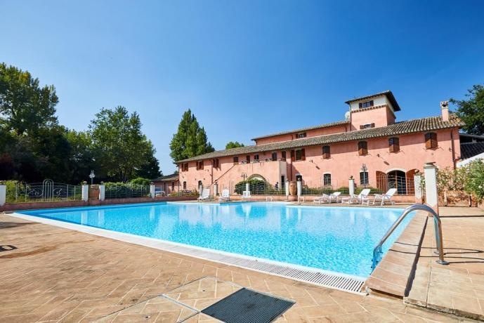antico-casale-uncinano-spoleto-appartamenti-lusso-vacanza-piscina