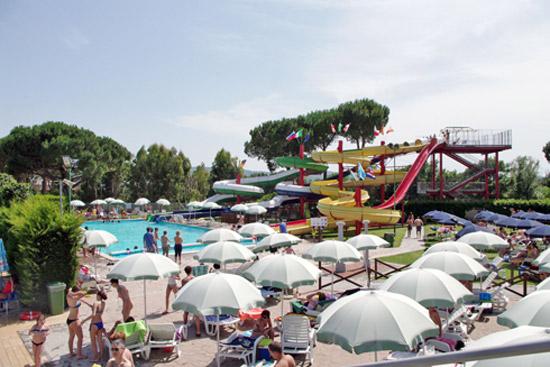 Acquapark Fontevivola con scivoli ed ombrelloni