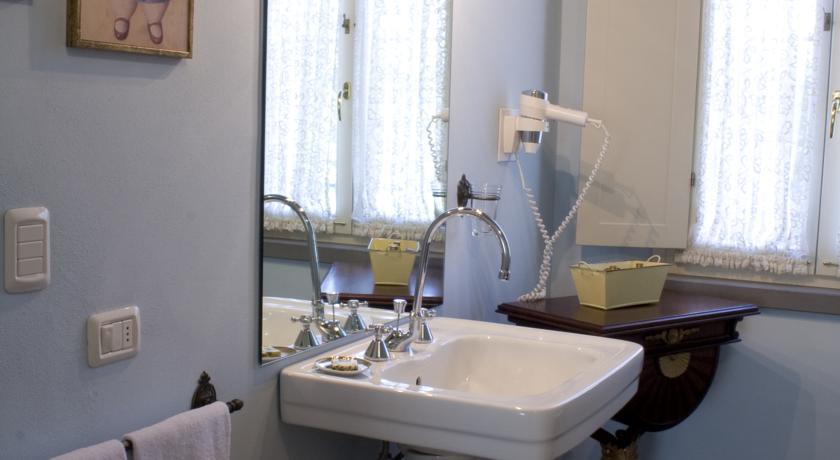 bagno con lavabo singolo ed asciugacapelli