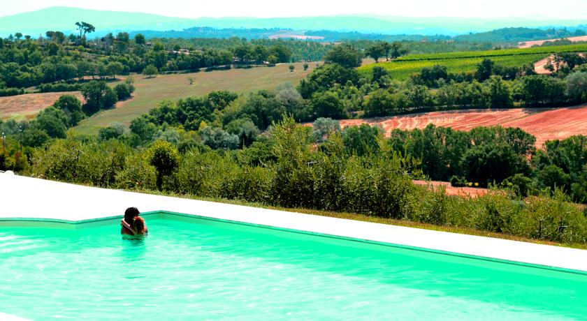 Piscina esterna in terrazza con solarium Hotel Toscana