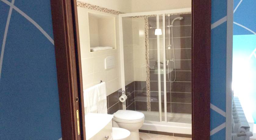 Ampio bagno interno con doccia