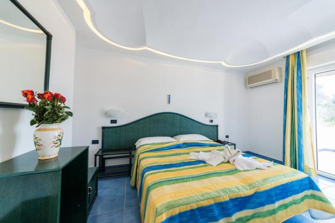 Residence ad Ischia con camera matrimoniale romantica