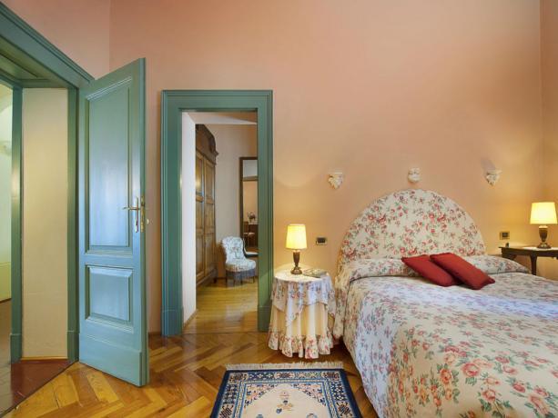 Camera da letto con particolari stoffe in Lombardia