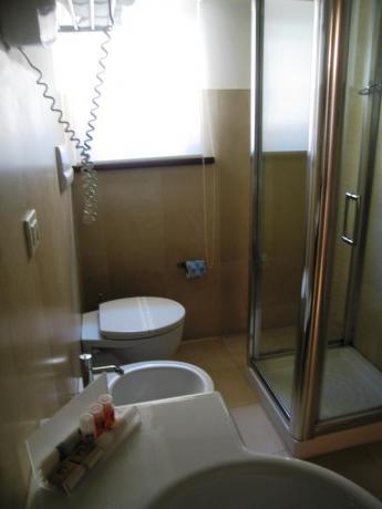 Bagno camera con doccia inclusa a Foligno