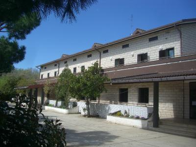 Ingresso hotel immerso nel verde a Manfredonia