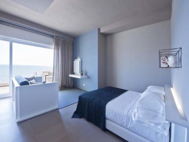 Suite con soggiorno e terrazza arredata Latina