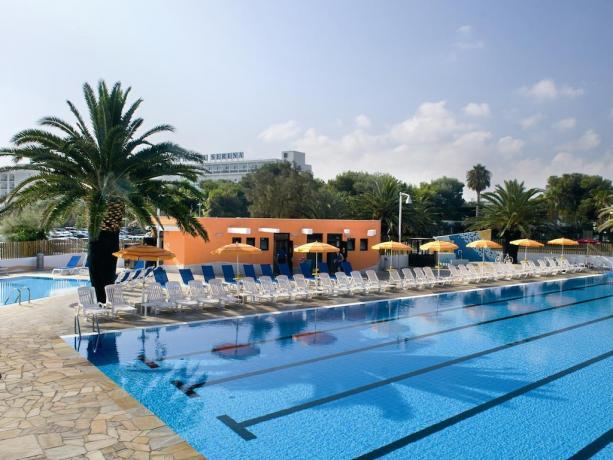 Villaggio con piscina per nuotare con idromassaggio