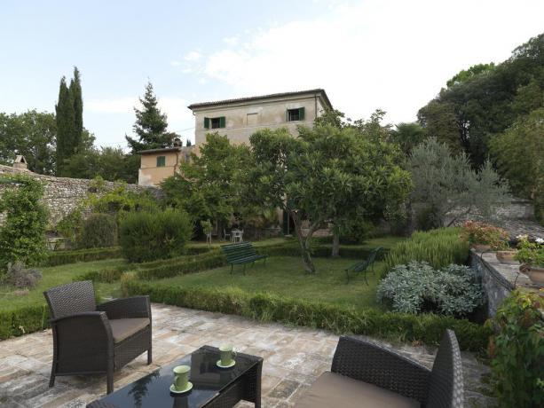 esterno villa con giardino