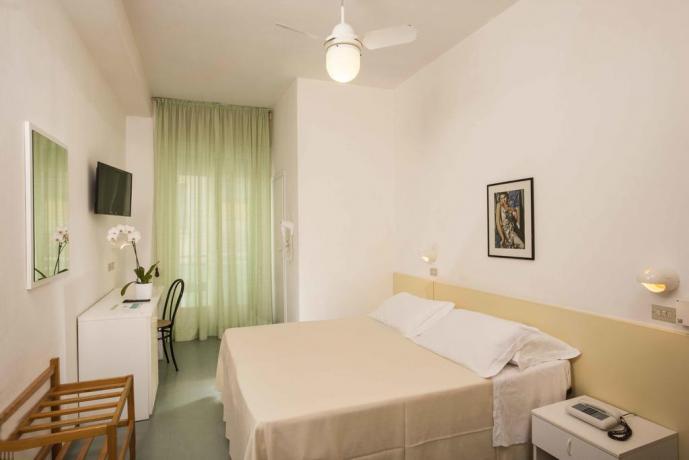 solarium-spiaggiaprivata-con-piscina-miniclub-giochibambini-cattolica-family-hotel