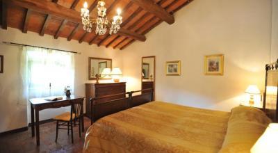 Romantica camera matrimoniale con mobili d'epoca