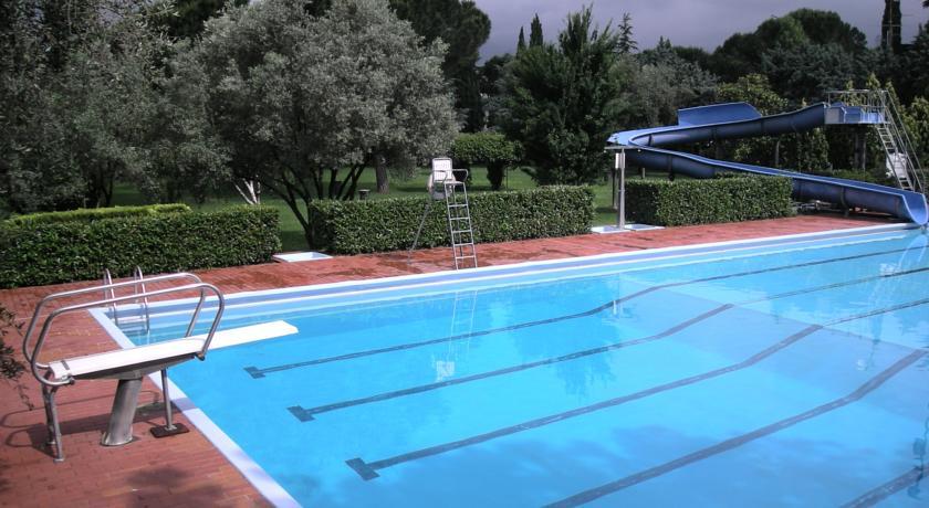 Piscina esterna con acquascivolo a firenze firenze piscina wi fi free centro congressi - Hotel con piscina firenze ...