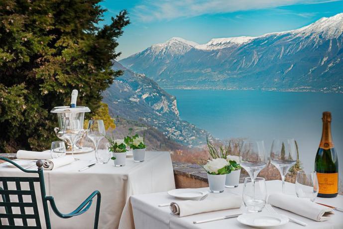 Aperitivi in terrazzo con vista Lago di Garda