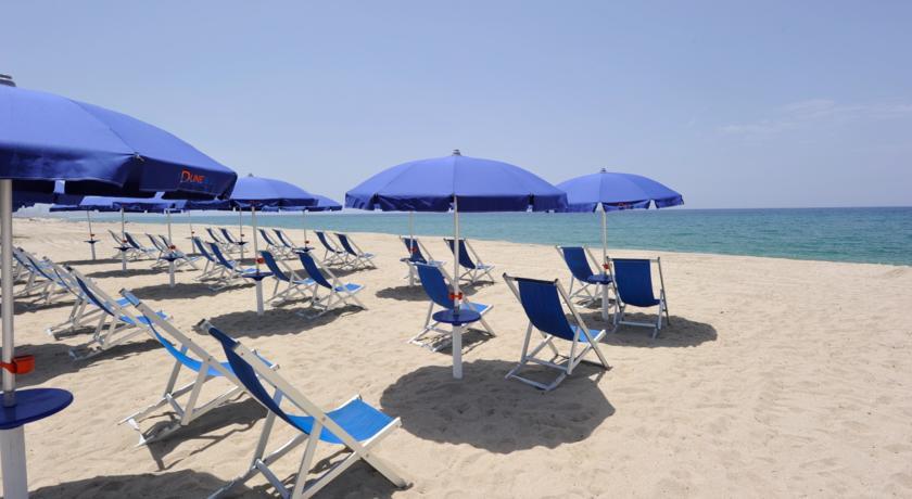 Servizi: spiaggia privata attrezzata con ombrelloni