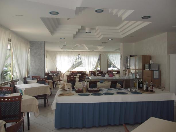 Sala Ristorante con tavolo buffet hotel a Bibione