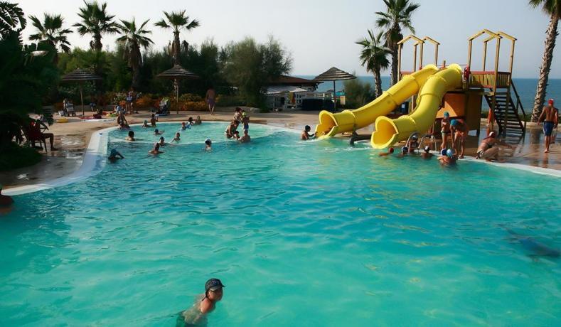 Villaggio vacanza con piscina e scivolo bambini