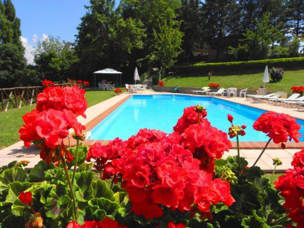 Piscina Agriturismo a Gubbio, Umbria Camere e Appartamenti