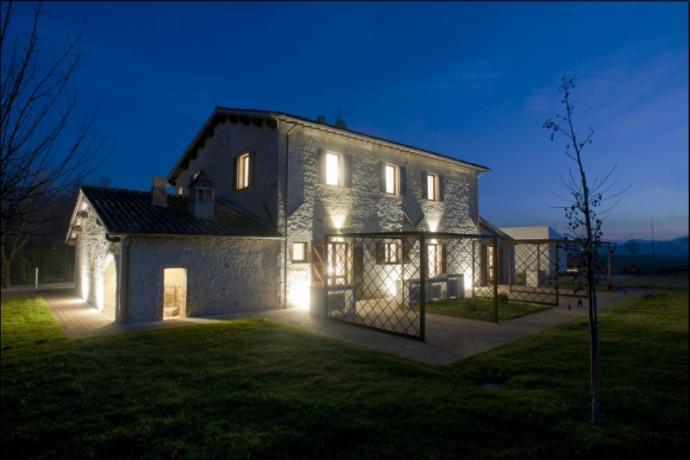 Particolare Casale in pietra con Appartamenti Perugia