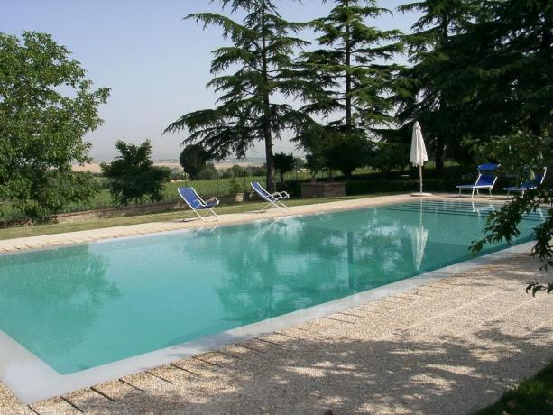 vista piscina del casale in toscana