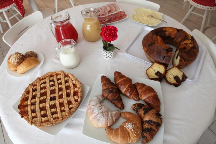 Tavolo con ricco buffet per colazione